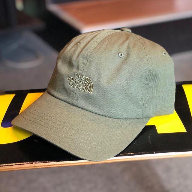 NY買い付けアイテムシンプルなボールキャップのフロントとバックに刺繍が施されたベーシックなアイテム。JAPAN規格にはないカジュアルダウンした新鮮なアイテム。・THE NORTH FACETHE NORM HAT BRIGHT ¥5,000+TAX・