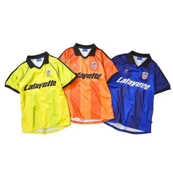 ・ 5/18(sat)発売! ・ LFT19SS071 S/S FOOT BALL JERSEY ・ PRICE : 11,000yen +tax ・ カラー展開 : BLUE(ブルー), YELLOW(イエロー), ORANGE(オレンジ) ・ 90'sのビンテージスポーツウェアからインスパイアされたゆとりのあるシルエットのフットボールジャージ。 袖切り替えし部分のパイピング、肩のリブ素材のツーストライプデザイン、リブ仕上げのVネックと袖口など拘りぬいたディティールデザインが特徴。 身頃部分には太めのピッチのストライプを採用し、昇華転写プリントでロゴを際立たせた存在感溢れるデザイン。 LF SPORTロゴ、架空のサッカーチームエンブレムに加え、バックにはリフレクター仕様のロゴをプリントした豪華仕様。 ・