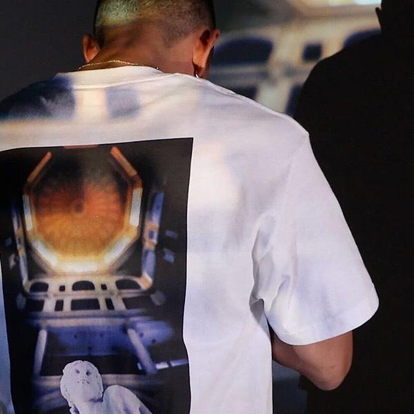 . LFT19SS053 Lafayette LAST SUSPECT OVAsea TEE PRICE : 6,000yen+tax . NYのフォトグラファー「Last Suspect」による撮り下ろし写真を背面に使用したスペシャルなコラボフォトTシャツ。バックに女神の石像を下からの独特なアングルで捉えた写真を大判で大胆にプリント、さらにLafayetteロゴを添えた豪華仕様。 フロントは「Last Supect」のシグネチャーをプリントしたシンプルでミニマムなデザイン。計算され尽くしたデザイン構成が神秘的でミステリアスな雰囲気を漂わせる究極の一枚。 . 「Last Suspect」 Photographer/Rooftopper、そして生粋のNew Yorkerである「ラストサスペクト」。純然たるニューヨークを映した数々のアートワークは、人種や文化など様々なニューヨークの本質を捉えている。命がけで高所での写真を撮り続けるRooftopperとしても活動、NYの巨大なビル群から息を呑むようなスリリングかつダイナミックな写真も多く撮影している。NEWYORKの風景や人物だけでなく、最新のスニーカーや人気アーティスト、大企業とのアートワークもこなしている要注目のフォトグラファー。 .