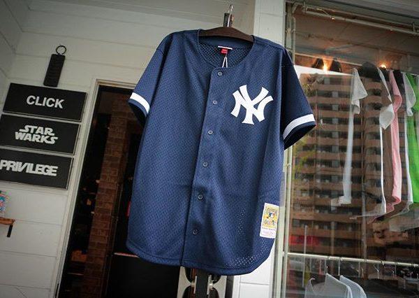 ヤンキースのベースボールシャツ入荷️ そして今年引退された日本のレジェンドイチローの背番号がナンバリングされています XLの1点のみですので気になる方はお急ぎを狼 . MITCHELL&NESS NEW YORK YANKEES BASEBALL JERSEY ¥13,000+tax .